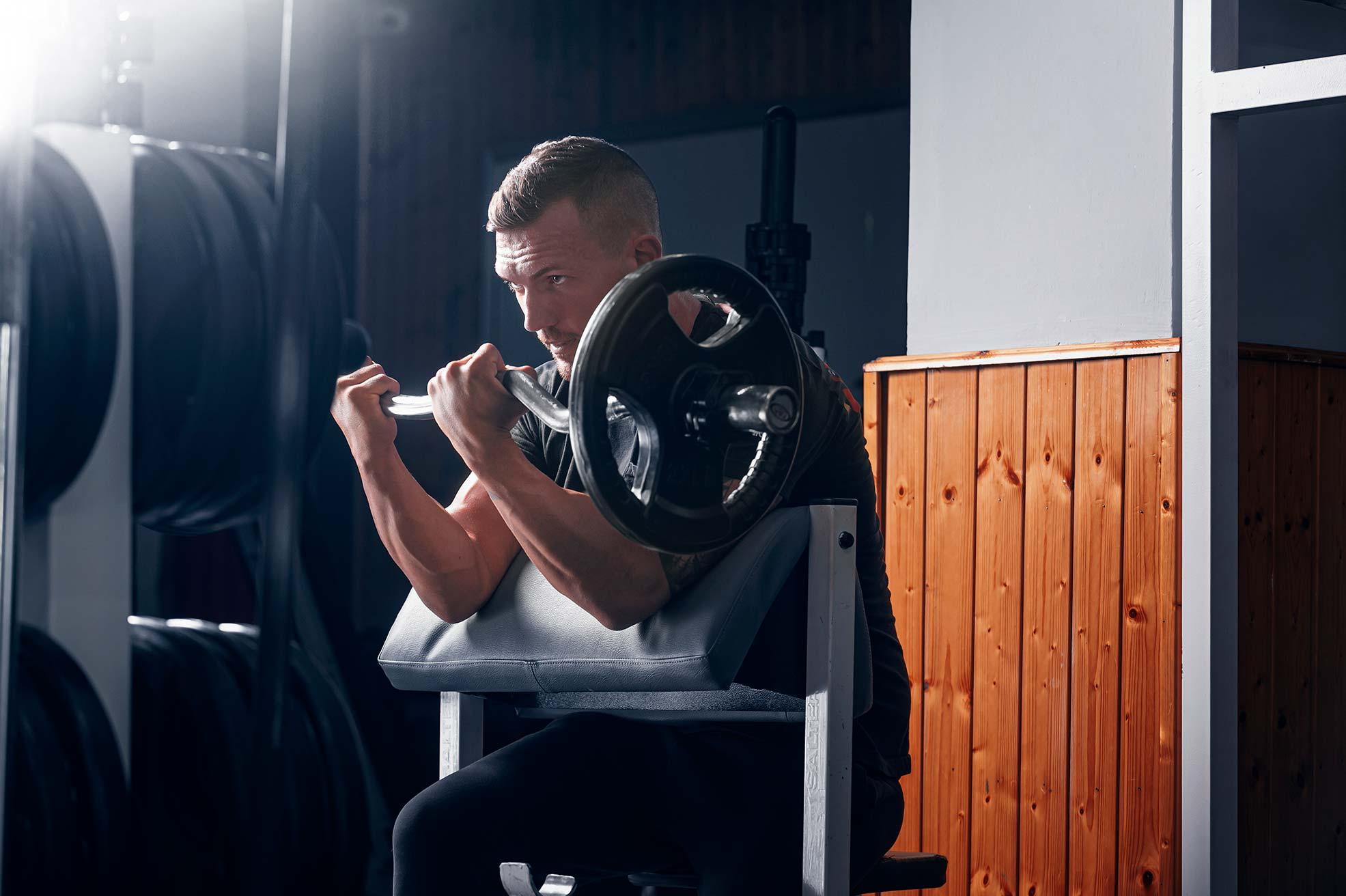 curl-de-biceps-amb-barra-zona-fitness-lleida