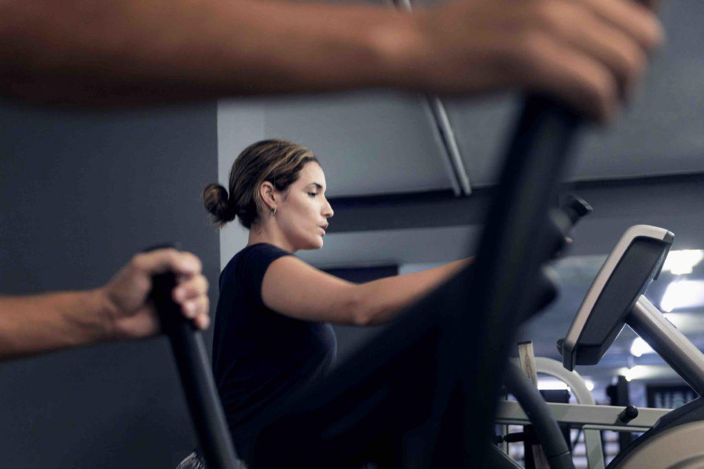 màquina-elíptica-per-fer-cardio-al-gimnàs-zona-fitness-lleida
